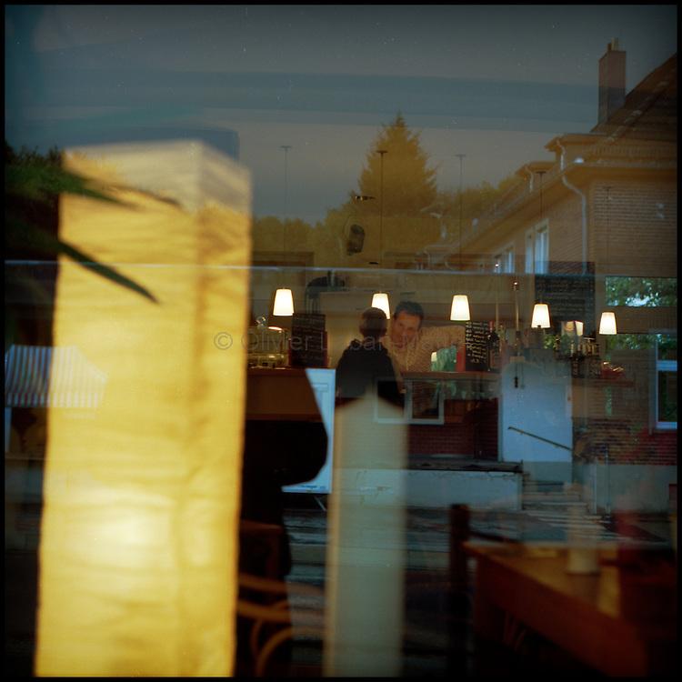 Le 18  octobre 2011, frontière Allemagne / Belgique, près d'Aix La Chapelle, RN 68. Un employé de l'association culturelle KUKUK discute avec un enfant dans l'ancien poste frontière allemand de Köpfchen transformé en bar et salle culturelle.