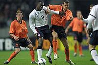 Fotball: Nederland mot England. 13.02.2002. Emile Heskey fra England og Liverpool i duell med Phillip Cocu fra Nederland.<br />Foto: Stanley Gontha, Digitalsport