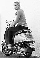 Antonia Lottner (GER) sitzt auf einem Vespa Motorroller,