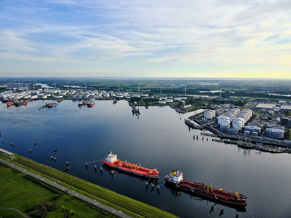 Nederland, Zuid-Holland, Rotterdam, 14-09-2019; Europoort, met links Nieuwe Waterweg. Rechts Calandkanaal met 7e Petroleumhaven. Europoort terminal.<br /> Europoort, Calandkanaal with 7th Petroleumhaven. Europoort Terminal.<br /> luchtfoto (toeslag op standard tarieven);<br /> aerial photo (additional fee required);<br /> copyright foto/photo Siebe Swart