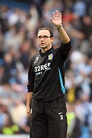 Photo: Paul Greenwood.<br />Manchester City v Aston Villa. The FA Barclays Premiership. 16/09/2007.<br />Villa manager Martin O'Neil waves apologetically to the Villa fans at the end of the match