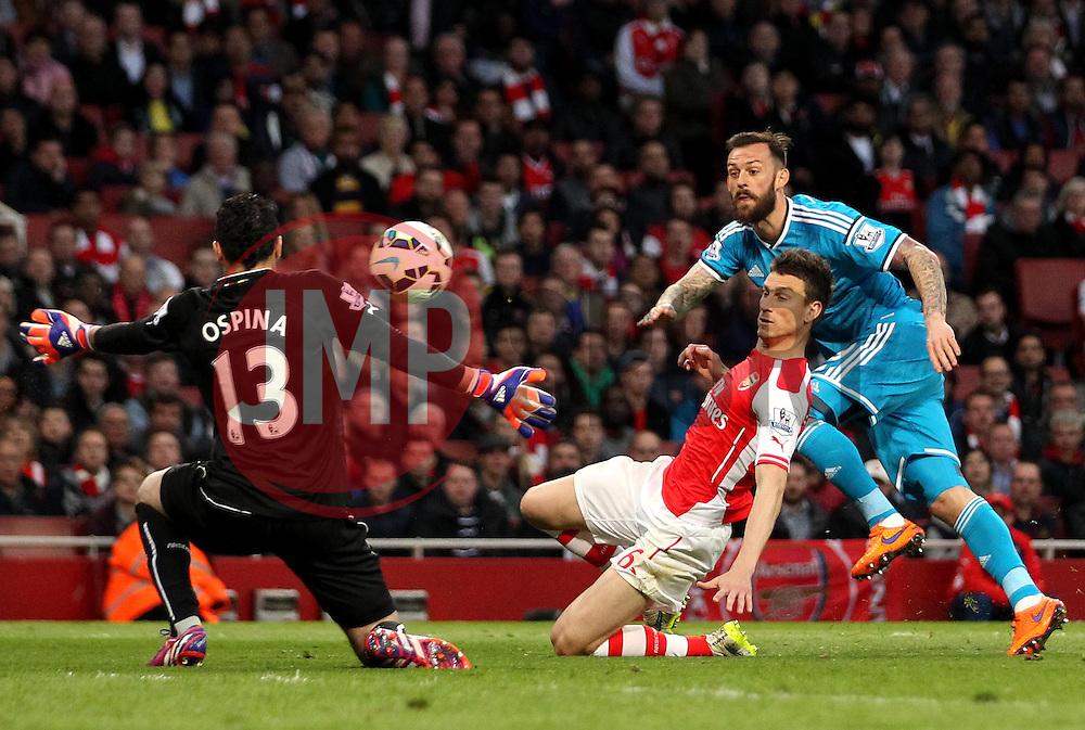 Sunderland's Steven Fletcher shoots at Arsenal's David Ospina - Photo mandatory by-line: Robbie Stephenson/JMP - Mobile: 07966 386802 - 20/05/2015 - SPORT - Football - London - Emirates Stadium - Arsenal v Sunderland - Barclays Premier League