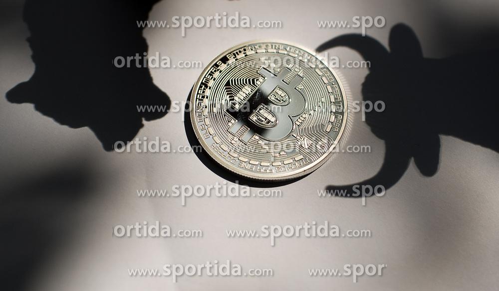 THEMENBILD - Kryptowährung Bitcoin ist ein dezentrales Zahlungsmittel auf Blockchain Basis, das es seit 2008 gibt. Aufgenommen am 08.08.2017 in Wien, Österreich // Bitcoin is a decantralized worldwide cryptocurrency and digital payment system. Vienna, Austria on 2017/08/08. EXPA Pictures © 2017, PhotoCredit: EXPA/ Michael Gruber