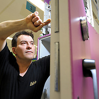 DEU , DEUTSCHLAND : Produktion von Geldautomaten bei der Wincor-Nixdorf GmbH in Paderborn. |DEU , GERMANY : Production of cash machines at Wincor-Nixdorf GmbH in Paderborn|.  30.03.2011.  Copyright by : Rainer UNKEL , Tel.: 0171/5457756