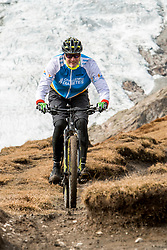 15-09-2017 ITA: BvdGF Tour du Mont Blanc day 6, Courmayeur <br /> We starten met een dalende tendens waarbij veel uitdagende paden worden verreden. Om op het dak van deze Tour te komen, de Grand Col Ferret 2537 m., staat ons een pittige klim (lopend) te wachten. Na een welverdiende afdaling bereiken we het Italiaanse bergstadje Courmayeur. Tjebbe