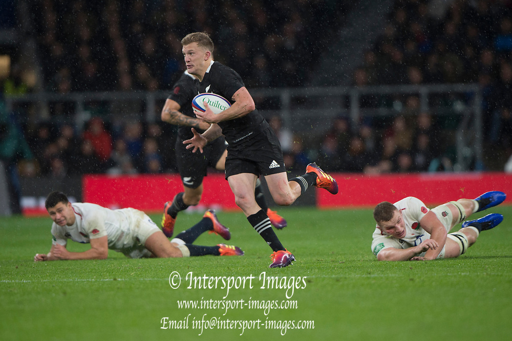 Twickenham, United Kingdom, Saturday, 10th  November 2018, RFU, Rugby, Stadium, England, All Black, Damian MCKENZIE, leaves the England players stranded, as he sprints throught the midfield ball during the  Quilter, Autumn International, England vs New Zealand © Peter Spurrier