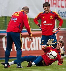24.05.2012, Haus des Gastes, Schruns, AUT, UEFA EURO 2012, Trainingslager, Spanien, Nachmittagstraining, im Bild Iker Casillas und David de Gea (ESP)  // Iker Casillas and David de Gea of Spain during practice session of Spanish National Footballteam for preparation UEFA EURO 2012 at Haus des Gastes, Schruns, Austria on 2012/05/24. EXPA Pictures © 2012, PhotoCredit: EXPA/ Johann Groder