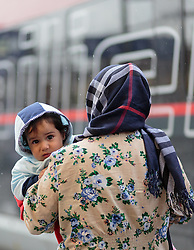 14.09.2015, Hauptbahnhof Salzburg, AUT, Fluechtlinge am Hauptbahnhof Salzburg auf ihrer Reise nach Deutschland, im Bild eine Flüchtlingsmutter mit einem Kind auf dem Arm // a refugee mother with a child in her arms. Thousands of refugees fleeing violence and persecution in their own countries continue to make their way toward the EU, Main Train Station, Salzburg, Austria on 2015/09/14. EXPA Pictures © 2015, PhotoCredit: EXPA/ JFK