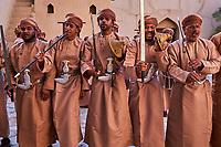 Sultanat d'Oman, gouvernorat de Ad-Dakhiliyah, Nizwa, le fort du XVIIe siècle, danses traditionnelles // Sultanate of Oman, Ad-Dakhiliyah Region, Nizwa, the 17 century fort, traditional dances