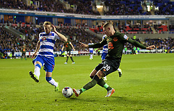READING, ENGLAND - Tuesday, September 22, 2015: Everton's Ross Barkley in action against Reading's Chris Gunter during the Football League Cup 3rd Round match at the Madejski Stadium. (Pic by David Rawcliffe/Propaganda)