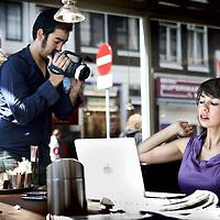 Nederland, Amsterdam , 23 mei 2010..Mei Li Vos (Eindhoven, 31 maart 1970) is een Nederlandse politica, voormalig vakbondsleider en columniste. Sinds 1 maart 2007 is ze namens de Partij van de Arbeid lid van de Tweede Kamer der Staten-Generaal..Op de foto zien we Mei Li Vos tijdens de opnamen van haar persoonlijke reclamespotje  voor PvdA met laptop in Coffee Company.Foto:Jean-Pierre Jans