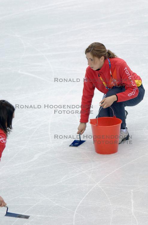 11-02-2006 KUNSTSCHAATSEN: OLYMPISCHE SPELEN: TORINO<br /> IIspreperatie - schaatsitem <br /> &copy;2006-WWW.FOTOHOOGENDOORN.NL