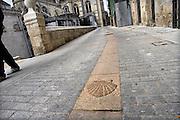 Spanje, Burgos, 5-5-2010Als onderdeel van de pelgrimsroute naar Santiago de Compostella ligt in deze straat de Jacobsschelp ingelegd. Symbool van de pelgrimstocht.Foto: Flip Franssen/Hollandse Hoogte
