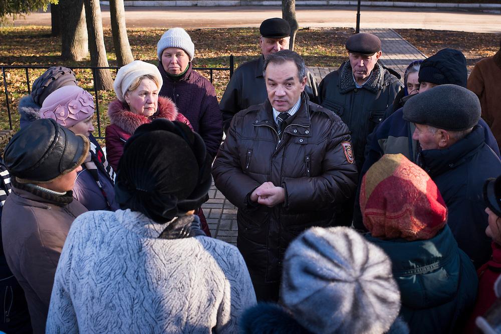Michel est stopp&eacute; en pleine rue par un groupe d'habitants, des babushkas essentiellement, qui lui posent des questions sur ses projets pour la ville le 8 d&eacute;cembre 2015 &agrave; Hlukhiv, Ukraine. &quot; On veut plus de lumi&egrave;res le soir, l'autre jour j'ai failli me faire attaquer par des jeunes&quot; ; &quot; Il faut du travail pour les jeunes&quot;; &quot;Il faut refaire le stade&quot;;&quot; Le prix de l'eau est trop cher&quot;...Ce &agrave; quoi leur a r&eacute;pondu Michel : &quot;Il faut me laisser un peu de temps, un an par exemple c'est pas assez pour tout faire &raquo;<br /> <br /> Michel Terestchenko fields a barrage of impromptu questions from citizens that he encountered in a square while returning to his office on December 8, 2015 in Hlukhiv, Ukraine.