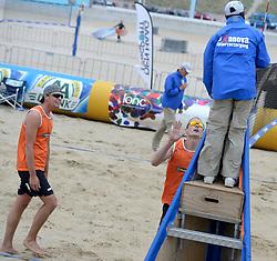 16-08-2014 NED: NK Beachvolleybal 2014, Scheveningen<br /> Tim Oude Elferink (2), Sven Vismans (1) in protest bij scheidsrechter
