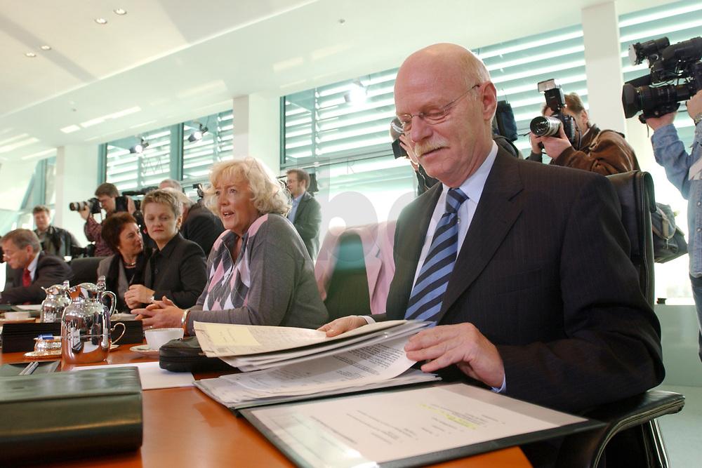 13 NOV 2002, BERLIN/GERMANY:<br /> Peter Struck, SPD, Bundesverteidigungsminister, liest in Unterlagen, vor Beginn der Kabinettsitzung, Bundeskanzleramt<br /> IMAGE: 20021113-01-016<br /> KEYWORDS: Kabinett, Sitzung, lesen, Akten,