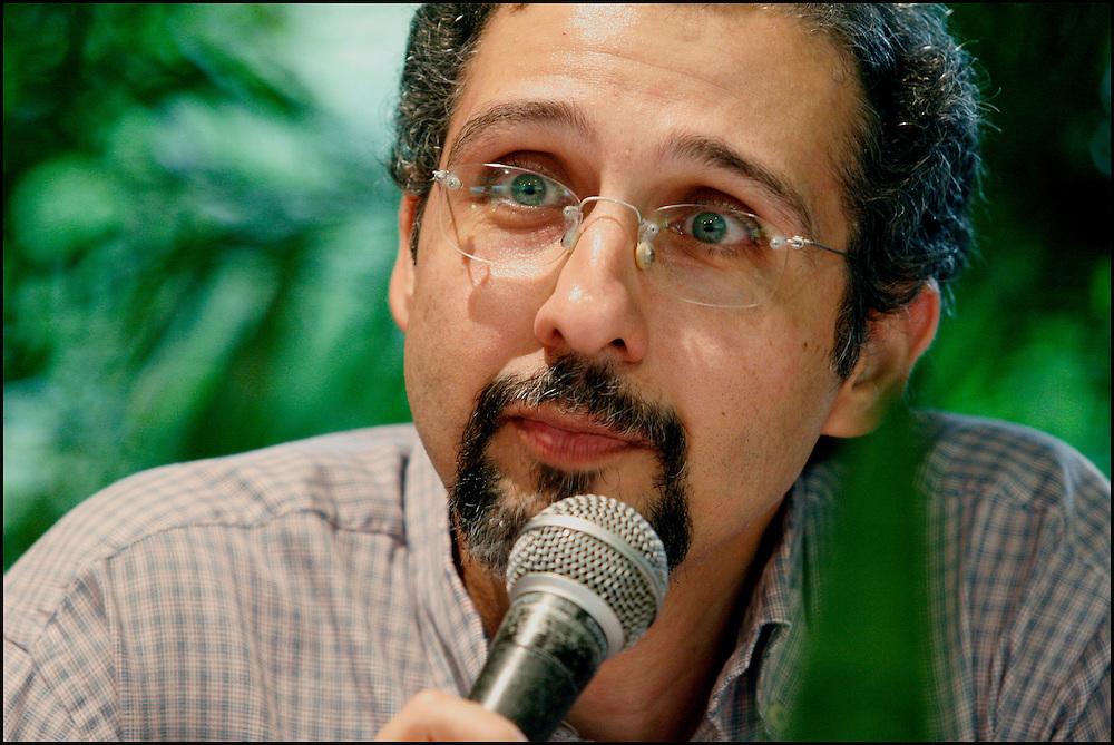 JORGE DE ABREU / ESCRITOR VENEZOLANO <br /> Caracas - Venezuela 2008 <br /> (Copyright &copy; Aaron Sosa) <br /> <br /> Escritor venezolano (Caracas, 1963). Bi&oacute;logo graduado en la Universidad Sim&oacute;n Bol&iacute;var (USB) y con maestr&iacute;a en la misma casa de estudios, especializado en el &aacute;rea de bioqu&iacute;mica nutricional. En 1984 participa con un grupo de estudiantes universitarios en la fundaci&oacute;n de UBIK, el club de ciencia ficci&oacute;n de la USB. Desde esa &eacute;poca comienza su actividad literaria en la difusi&oacute;n del g&eacute;nero. Colabora en la edici&oacute;n de las publicaciones de UBIK: Cygnus, la Revista de Ciencia Ficci&oacute;n (1985), La Gaceta de UBIK (1988) y Necronomic&oacute;n (1992), escribiendo algunos relatos y art&iacute;culos para dichas publicaciones. En 1984 obtiene el segundo lugar en el Segundo Concurso Literario de Ciencia Ficci&oacute;n con su relato &ldquo;Como una Rata&rdquo; y en 1988 el primer lugar en el Primer Concurso del Cuento Universitario (organizado por el Decanato de Estudios Generales de la USB) con su relato &ldquo;Brabante&rdquo;. En UBIK particip&oacute; en la organizaci&oacute;n y ejecuci&oacute;n de talleres literarios, foros de cine, exposiciones, producciones de video y s&uacute;per 8. Entre 1985 y 1997 particip&oacute; como jurado en 12 de los concursos literarios que organiz&oacute; UBIK (III a XIV). En 1997 inaugura el portal de UBIK, Asociaci&oacute;n Venezolana de Ciencia Ficci&oacute;n y Fantas&iacute;a, y desde esa fecha cumple all&iacute; funciones de webmaster. Actualmente desempe&ntilde;a labores editoriales con Ubikverso, revista digital de ciencia ficci&oacute;n y fantas&iacute;a, y Necronomic&oacute;n, revista digital dedicada al terror. Ha publicado relatos en el Peri&oacute;dico Universitario de la USB, Koinos, Axx&oacute;n, Alfa Eridiani, Ef&iacute;mero y V&oacute;rtice en L&iacute;nea. Sus relatos han aparecido en las antolog&iacute;as argentinas Anuario Axx&o