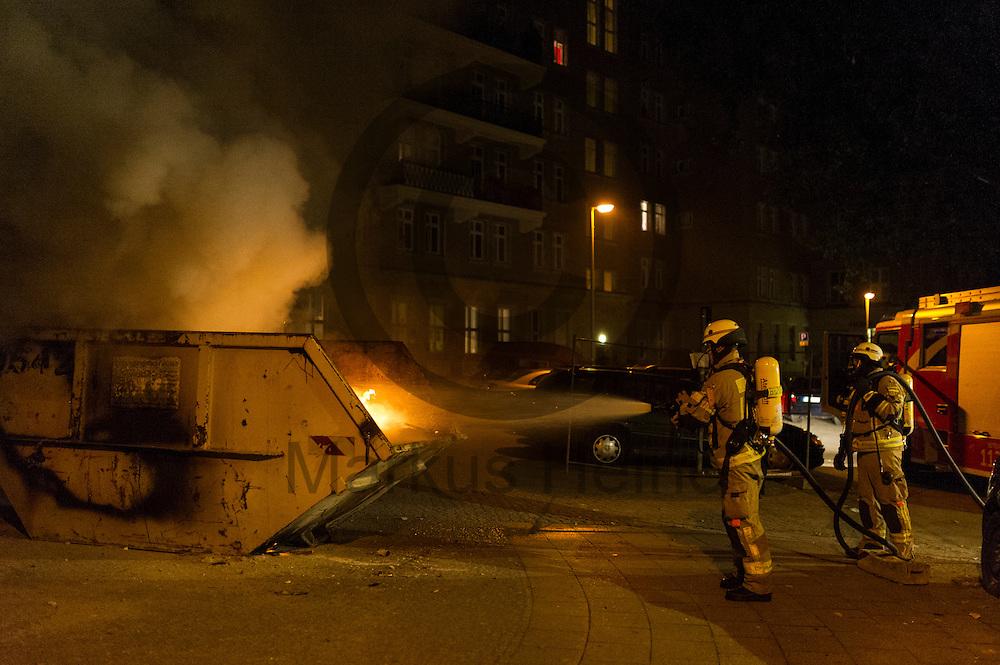 Feuerwehrm&auml;nner l&ouml;schen am 05.07.2016 in Friedrichshain, Berlin, Deutschland einen brennenden Bauschuttcontainer. Wegen des andauernden Polizeieinsatzes in einem besetzten Haus in der Rigaer Stra&szlig;e kommt es vermehrt Nachts zu Brandanschl&auml;gen auf Autos und andere Gegenst&auml;nde. Foto: Markus Heine / heineimaging<br /> <br /> ------------------------------<br /> <br /> Ver&ouml;ffentlichung nur mit Fotografennennung, sowie gegen Honorar und Belegexemplar.<br /> <br /> Bankverbindung:<br /> IBAN: DE65660908000004437497<br /> BIC CODE: GENODE61BBB<br /> Badische Beamten Bank Karlsruhe<br /> <br /> USt-IdNr: DE291853306<br /> <br /> Please note:<br /> All rights reserved! Don't publish without copyright!<br /> <br /> Stand: 07.2016<br /> <br /> ------------------------------