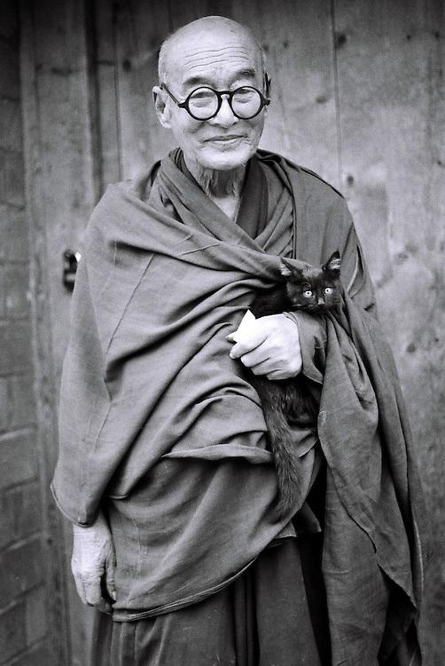 Aout 2005: Moine bouddhiste au monast&egrave;re de Labrang, &agrave; Xiahe (pr&eacute;fecture autonome tib&eacute;taine de Gannan, province chinoise du Gansu). Le monast&egrave;re abrite aujourd'hui pr&egrave;s 500 moines. Ils &eacute;taient plus de 4000 avant la R&eacute;volution culturelle. Chine.<br /> <br /> August 2005 : Buddhist monk at Labrang Monastery in Xiahe ( Tibetan Autonomous Prefecture of Gannan , Gansu Province, China ) . The monastery is now home to about 500 monks. There were more than 4000 before the Cultural Revolution. China.
