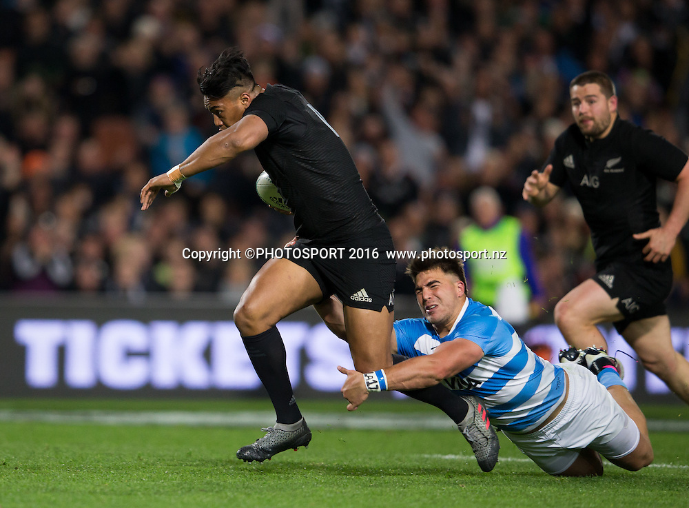 Julian Savea attempts to break away from a tackle during the New Zealand All Blacks v Argentina Pumas, won by NZ 57-22. The Rugby Championship. FMG Stadium, Hamilton. Saturday 10 September 2016. © Copyright Photo: Stephen Barker / www.Photosport.nz