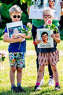 ALMERE - misdaadverslaggever Peter R. de Vries en John van den Heuvel en  mick van wely telegraaf  tijdens de stille tocht voor onopgeloste moorden Nabestaanden lopen een stille tocht om aandacht te vragen voor ruim duizend onopgeloste moorden. Veel mensen dragen een foto en de naam van hun geliefde mee.  ROBIN UTRECHT