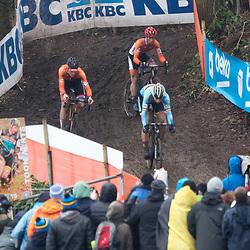 31-01-2016: Wielrennen: WK cyclecross beloften: Heusden Zolder<br />HEUSDEN-ZOLDER (BEL) cyclocross<br />Op het circuit van Terlamen-Zolder streden de veldrijders categorie beloften om de mondiale titels in het veld. Wout van Aert in het begin van de wedstrijd met Mathieu van der Poel en Lars van der Haar