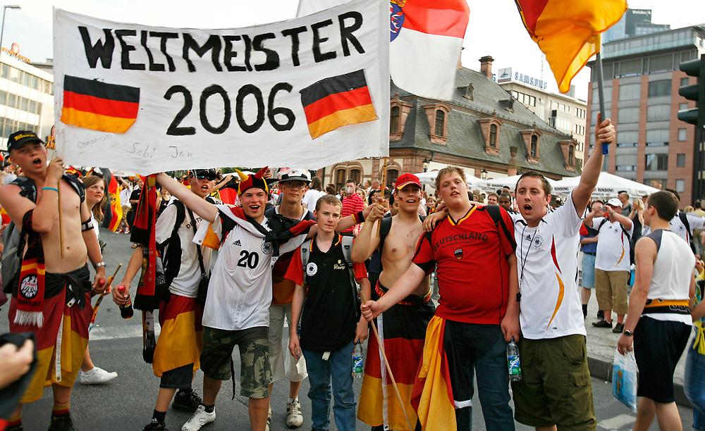 Frankfurt | Deutschland 24.06.2006: Fu&szlig;ballfans schauen das Achtelfinalspiel zwischen den Deutschland und Schweden in der Main Arena in Frankfurt und feiern anschlie&szlig;end in der Frankfurter Innenstadt den Sieg der deutschen Mannschaft.<br /> <br /> hier:  Deutsche Fans feiern sich schon als Weltmeister<br /> <br /> Sascha Rheker<br /> 20060624<br /> <br /> [Inhaltsveraendernde Manipulation des Fotos nur nach ausdruecklicher Genehmigung des Fotografen. Vereinbarungen ueber Abtretung von Persoenlichkeitsrechten/Model Release der abgebildeten Person/Personen liegt/liegen nicht vor.]