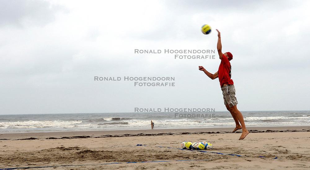 15-08-2006 VOLLEYBAL: BEACHVOLLEYBAL TEAM SCHUIL NUMMERDOR: SCHEVENINGEN<br /> Training van beachteam Richard Schuil en Reinder Nummerdor / Gijs Ronnes<br /> ©2006-WWW.FOTOHOOGENDOORN.NL