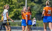 BLOEMENDAAL   -  Lilli de Nooijer (Bldaal) heeft gescoord en viert het met Sanne Caarls (Bldaal) , oefenwedstrijd dames Bloemendaal-Victoria, te voorbereiding seizoen 2020-2021.   COPYRIGHT KOEN SUYK