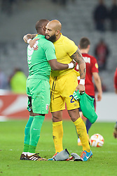 LILLE, FRANCE - Thursday, October 23, 2014: Everton's goalkeeper Tim Howard and Lille OSC's goalkeeper Vincent Enyeama swap shirts after the goalless draw during the UEFA Europa League Group H match at Stade Pierre-Mauroy. (Pic by David Rawcliffe/Propaganda)