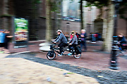 In Utrecht rijden fietsers op een tandem door de binnenstad.<br /> <br /> In Utrecht cyclists ride at the city center.