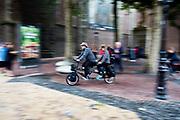 In Utrecht rijden fietsers op een tandem door de binnenstad.<br /> <br /> In Utrecht cyclists ride at the city center.