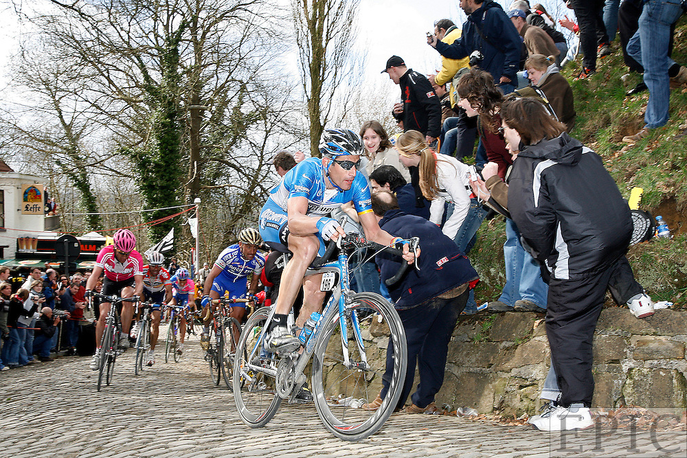 Hincapie leading on the Muur