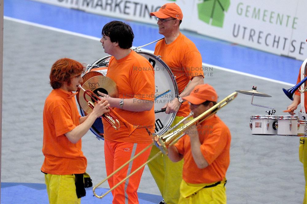 05-02-2006 KORFBAL: NEDERLAND - BELGIE: DRIEBERGEN<br /> Nederland wint met 21-12 van Belgie / Oranje support band<br /> &copy;2006-WWW.FOTOHOOGENDOORN.NL