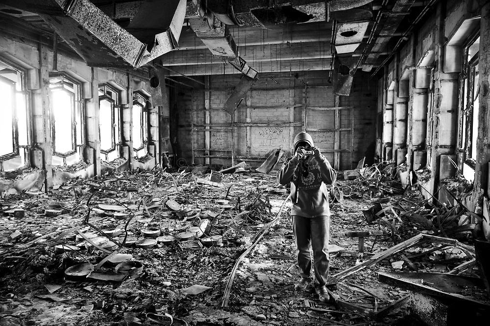 Un habitant de Benghasi prend une photo dans ce qu'il reste de la Katiba, fief des militaires à Benghasi, le 2 avril 2011. Ce haut lieu du pouvoir détruit au tout début du conflit est devenu une curiosité touristique pour les habitants de la région.