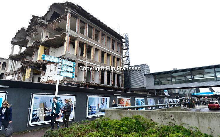 Nederland, Nijmegen, 23-12-2016 In fasen wordt het UMC radboud, Radboudumc, ziekenhuis vernieuwd. De oude gebouwen ut de 50er en 60er jaren worden gesloopt en vervangen . Foto: Flip Franssen