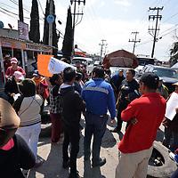 Toluca, México.- (Agosto 23, 2018).- Habitantes de la colonia Guadalupe  Totoltepec bloquearon por varias horas la carretera federal Toluca-Naucalpan, exigiendo al ayuntamiento de Toluca servicio de agua potable y por la falta de tres maestros en la primaria de la localidad. Agencia MVT / Crisanta Espinosa.