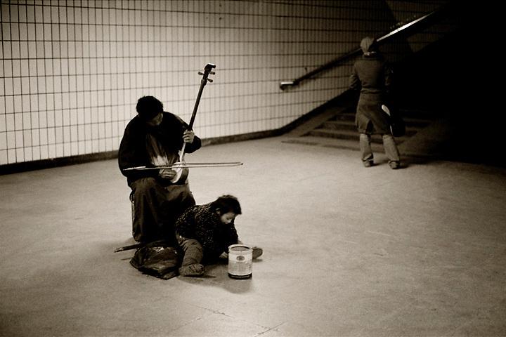 Arhu player in Beijing subway.