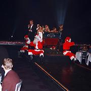 Lee Towers bezoekt World Fantasy Dinner kerstshow Hilversum met kinderen, zaal met mensen, optreden