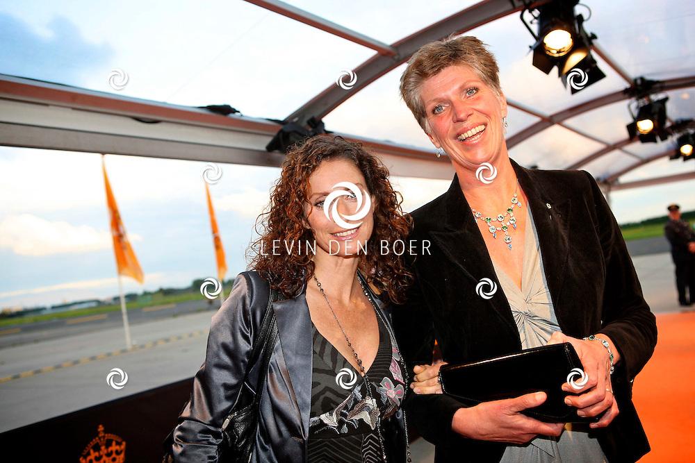 KATWIJK - Op vliegbasis Valkenburg hield Soldaat van Oranje een tweede premiere ter gelegenheid van een nieuwe Cast.  Met op de foto Pia Douwes en haar Schoonzus. FOTO LEVIN DEN BOER - PERSFOTO.NU