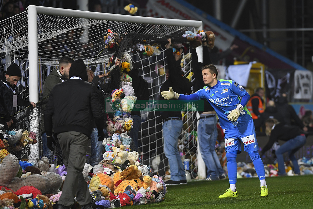 December 1, 2017 - France - CHARLEROI, BELGIUM - DECEMBER 1 : Illustration picture with William Dutoit goalkeeper of KV Oostende during the Jupiler Pro League match (Credit Image: © Panoramic via ZUMA Press)