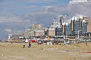 Nederland, Scheveningen, 18-9-2017 Badplaats aan de Noordzee. In de nazomer wandelen mensen op het strand en de boulevard. De Pier en het Kurhaus zijn belangrijke toeristische attracties. Foto: Flip Franssen