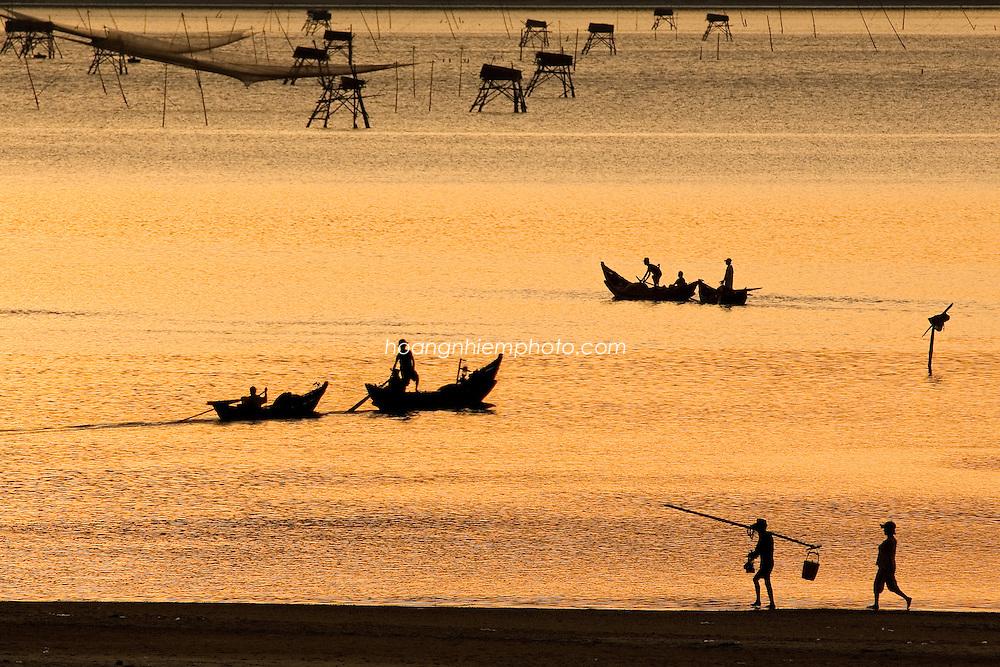 Vietnam,viet nam,landscape,nature,sunset dusk,color image,warm color,sea,fishing net,boat,people,outdoor,tranquility,lang co,hue,horizontal phong cảnh việt nam hoàng thế nhiệm