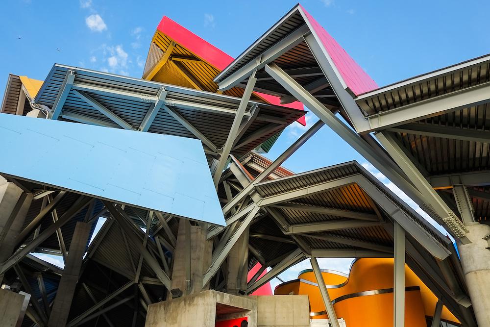 Opening Biomuseo<br /> Photography by Aaron Sosa<br /> Causeway Amador, Panama 30-09-2014<br /> <br /> El edificio Puente de Vida est&aacute; localizado en el &aacute;rea de Amador de la Ciudad de Panam&aacute;, en la punta de un causeway en la entrada Pac&iacute;fica del Canal de Panam&aacute;. &Eacute;sta localizaci&oacute;n privilegiada est&aacute; a pocas cuadras del principal puerto de cruceros en Panam&aacute;, y est&aacute; a minutos del Parque Nacional Soberan&iacute;a, un suntuoso bosque lluvioso inmediatamente adyacente a la Ciudad de Panam&aacute;.<br /> <br /> &Eacute;sta &aacute;rea es rica en historia; estaba originalmente compuesta por una serie de islas que fueron unidas por un causeway, creado por rocas dragadas durante la construcci&oacute;n del Canal de Panam&aacute;. El Instituto de Investigaciones Tropicales del Smithsonian (STRI) tiene un centro de investigaciones marinas en una de las islas, y hay una hermosa marina, adem&aacute;s de tiendas y restaurantes. Un nuevo centro de convenciones, terminado de construir en el 2002, fue la sede del concurso Miss Universo 2003.<br /> <br /> Amador ofrece a los visitantes a Panam&aacute; una oportunidad &uacute;nica de experimentar lo mejor que el pa&iacute;s tiene para ofrecer. Con la creaci&oacute;n del museo Puente de Vida, tambi&eacute;n va a ofrecer un vistazo de la rica vida natural que hay en Panam&aacute;.