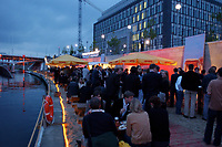 03 JUL 2003, BERLIN/GERMANY:<br /> Sommerumtrunk der Zeitschrift Berliner Republik, im Hintergrund: Haus der Bundespressekonferenz, BundesPresseStrand<br /> IMAGE: 20030703-05-006<br /> KEYWORDS: Sommerfest, Gastronomie, Bar,