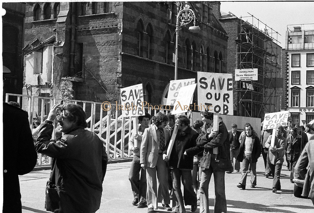 05/04/1978.04/05/1978.5th April 1978.Photograph shows building workers protesting the halt to the demolition of Molesworth Hall.  Students from various Dublin colleges staged a sit-in to stop the demolition.