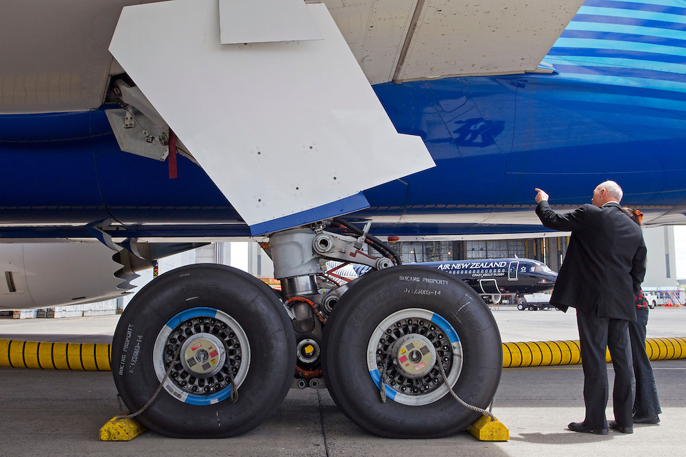 Two visitors inspect the wheels and undercarriage on the first test Boeing 787 Dreamliner aircraft visiting the southern hemisphere as guests of Air New Zealand, International Airport, Auckland, New Zealand,, Monday, November 14, 2011.  Credit:SNPA / David Rowland