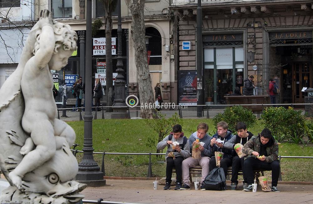Plaza Constitucion, Montevideu, Uruguai. A Praca Constituicao (em espanhol: Plaza Constitucion) eh a praca mais antiga da capital uruguaia, Montevideu, situada no centro do bairro historico da Cidade Velha. Eh conhecida popularmente como Praca Matriz (Plaza Matriz) por localizar-se em frente a Catedral Metropolitana de Montevideu. = Plaza Constitucion (Constitution Square), also known as Plaza Matriz, is the oldest plaza in Montevideo. It is located in the first part of the city that was built: Ciudad Vieja.<br /> The Montevideo Metropolitan Cathedral and the Montevideo Cabildo are located in front of this square.<br /> It was named in honor of the Spanish Constitution of 1812.