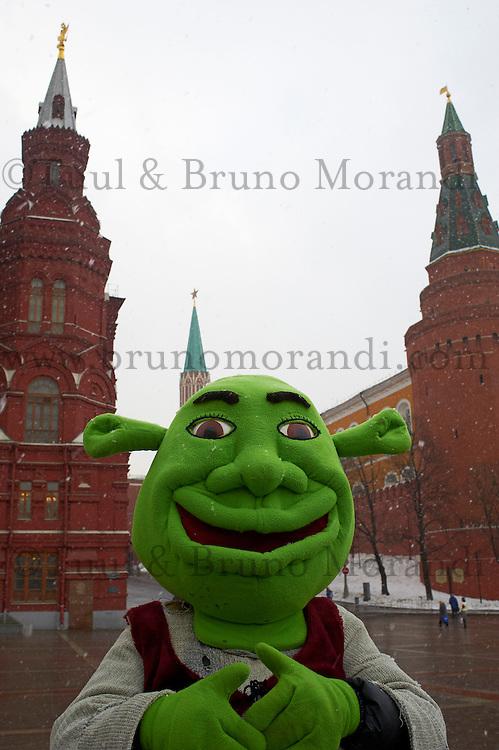 Russie, Moscou, figurants pour touristes devant le Kremlin // Russia, Moscow, Red Square, tourist attraction