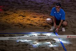 04-01-2018 NED: DELA Beach Open day 2, Den Haag<br /> Lijnrechter legt de lijnen goed onder discolicht.